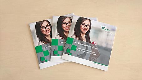"""Neue Broschüre """"Ihr Weg an die Spitze""""  zeigt Wege der akademischen Weiterbildung in der Assekuranz auf"""